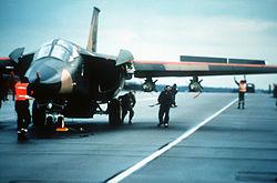 Un F-111 avant son décollage pour le raid sur la Libye