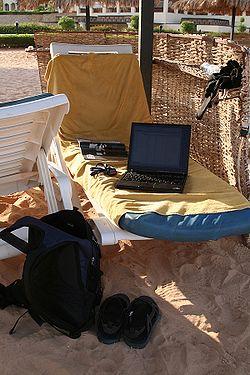Ordinateur portable connecté au wifi sur une plage égyptienne