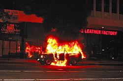 Véhicule en feu à Pasadena en Californie.