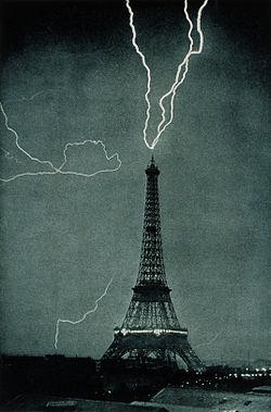 «La Tour Eiffel, paratonnerre géant.»Photographie prise à 21h20 le 3 juin 1902 et publiée dans le Bulletin de la Société Astronomique de France en mai 1905.