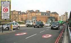 Le marquage au sol et un panneau marquent l'entrée dans la zone à Old Street.