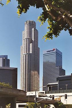 Centre-ville de Los Angeles: la U.S. Bank Tower. C'est le plus haut gratte-ciel de la Côte Ouest des États-Unis. Résistant aux séismes et accueillant des bureaux, il est devenu l'un des symboles de la ville et de la Californie.
