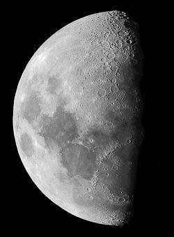 Lune croissante (à l'envers, telle que vue au travers d'un instrument astronomique)