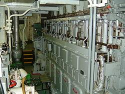 Moteur Diesel quatre-temps sur un navire cargo.