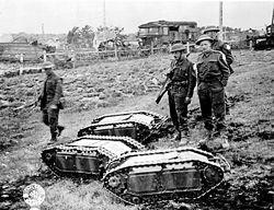 Soldats anglais avec des tanks Goliath capturés.