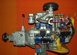 Maquette scolaire d'un moteur d'automobile avec sa boite de vitesse