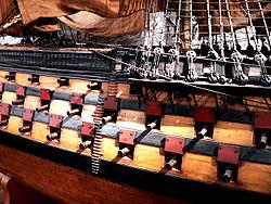 Rangée de sabords visibles sur une maquette du vaisseau de ligne Océan, au Musée de la Marine.