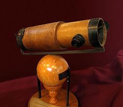 Réplique du télescope de 6 pouces qu'Isaac Newton présenta à la Royal Society en 1672