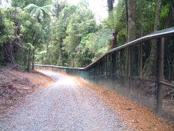 Cette clôture étanche à la plupart des espèces non volantes, longue de 47 km protège la réserve naturelle néozélandaise des Monts Maungatautari des nombreuses espèces invasives introduites dans ce pays. Ici, la fragmentation écopaysagère a été préférée au risque de disparition rapide d'espèces endémiques