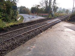 Réfection d'un passage à niveau, qui aurait pu être longé par un petit écoduc, car et la route, et la voie ferrée restent des facteurs de fragmentation écologique