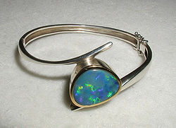 Bracelet monté d'une opale, cristal photonique naturel