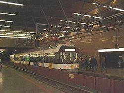 Tram anversois du type HermeLijn sur la ligne 15 direction Mortsel. Ce tram s'arrête à la station de prémétro Meir, sous la rue commerçante du même nom