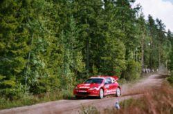 Henning Solberg pilotant sa 206 WRC durant la saison 2004