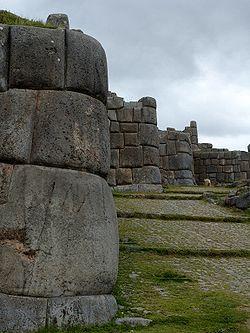 Les murs de la forteresse s'étalent en zigzag sur trois niveaux.