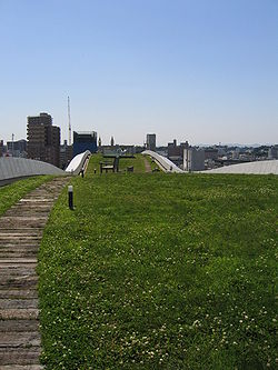 Toiture et chemin de promenade sur le toit de l'Université des arts et cultures de Shizuoka (Japon)