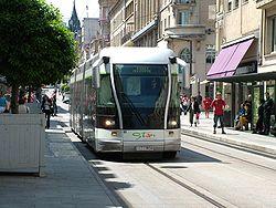 Le tramway de Nancy, en mode guidé et traction électrique (centre-ville).