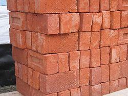 Pile de briques modernes, faites d'argile et de sable.