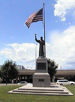 Statue du père Hennepin, premier européen à explorer la région de Minneapolis.