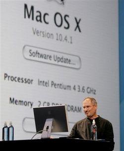 Steve Jobs le 6 juin 2005. Derrière lui, Mac OS s'exécutant sur un Pentium 4 à 3.6 GHz