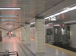 Un rame de métro à la station Museum (pour le Musée royal de l'Ontario).