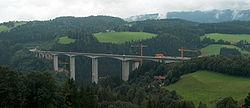 Le viaduc est coûteux, a un impact visuel important, mais il conserve presque aussi bien que le tunnel la continuité écologique des territoires, dont ici la rivière, sa ripisylve et les corridors forestiers (A2, Autriche, 2005)