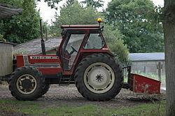 Tracteur agricole de marque Fiat 90-90 DT, 4 roues motrices, 2 roues directrices