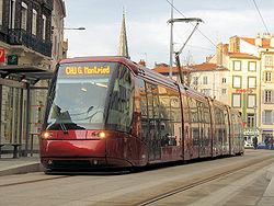 Tramway de Clermont-Ferrand (technologie Translohr) dont la conception est radicalement différente de celle du  TVR de Nancy et Caen