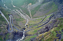 Route en lacets, � forte inclinaison (9% , Trollstigen, Norv�ge).