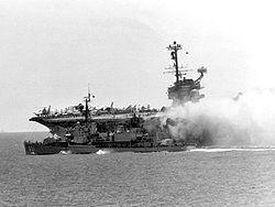 Le Forrestal en feu aprés les explosions le 29 juillet 1967