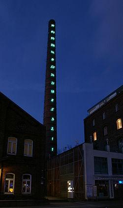 Suite de Fibonacci affichée sur les segments d'une ancienne cheminée d'un bâtiment industriel transformé en centre socio-culturel