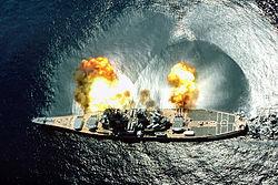 Le cuirassé USS Iowa tirant une salve d'obus de plus de 900 kg avec ses canons de 406 mm