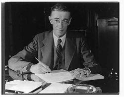 Vannevar Bush à son bureau pendant la Seconde Guerre mondiale