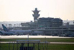 Vue sur l'aérogare d'Orly Sud et la tour de contrôle. Au premier plan, on peut voir le VOR/DME OL de l'aéroport. Au dessus de la tour de contrôle, on peut voir le radôme abritant le radar de sol Astre 2000.