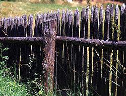 Clôture de jardin, aux pointes et à la hauteur symbolique plus que défensive