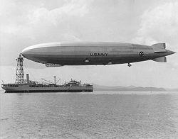 L'USS Los Angeles sur mat d'ancrage de la marine de guerre