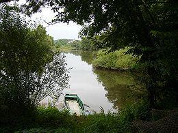 La Divatte à droite se jetant dans la Loire à gauche. Le village de La Varenne est au second plan.