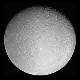 Rhéa, photographié par la sonde Cassini, montrant deux bassins d'impact adjacents