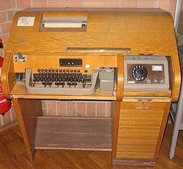 Une machine Télex Siemens T100.