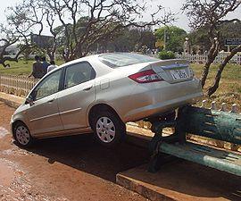 À Chennai (Madras, Inde) la force des vagues a déplacé les voitures