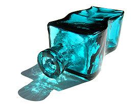 Une bouteille de verre coloré