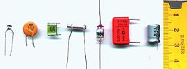Plusieurs types de condensateurs. De gauche à droite: céramique multicouches, céramique disque,?, ajustable,?,?, électrochimique