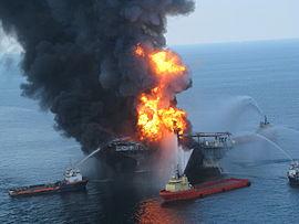 Bateaux-pompes combattant l'incendie de la plate-forme pétrolière le 21 avril 2010.