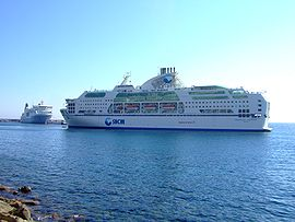 Le Danielle Casanova manœuvrant pour sortir du port de Bastia.