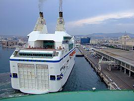 Le Napoléon Bonaparte à l'accostage dans le port de Marseille