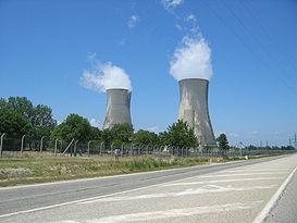 Les deux tours de réfrigération de l'usine Eurodif du Site nucléaire du Tricastin.