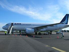 Airbus A320 de la SATA Air Açores Internacional en provenance de Lisbonne, sur le tarmac de Maupertus, le 23 septembre 2006.