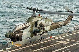 AH-1W Super Cobra des Marines décollant d'un navire d'assaut.
