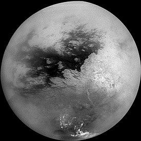 Xanadu est la forme claire se découpant au centre-droitde cette mosaïque de clichés de Titan pris parla sonde Cassini le 26octobre2004[1].La petite zone la plus brillante, allongée, est Tui Regio,tandis que la vaste zone sombre est Shangri-la.