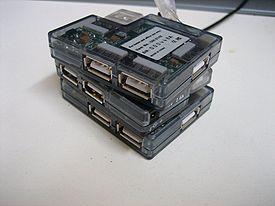 Plusieurs hubs USB empilés