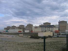 La centrale nucléaire vue depuis la clôture qui délimite l'accès au public}